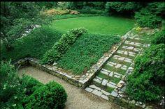 aménager un jardin en pente avec muret et allée en pierre naturelle