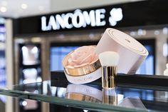 랑콤(LANCOME)이 선보이는 2017년 봄 신상품. 사진 속 '스프링 로즈 스파클링 파우더'는 장미를 그대로 담은 듯한 모양으로 출시 초부터 큰 인기를 끌고 있죠.