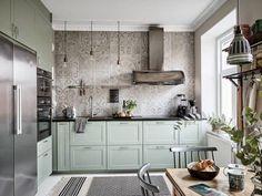 retro kitchen cabinets Kitchen Cupboard Handles, Kitchen Cabinet Colors, Kitchen Cabinets, Kitchen Appliances, Kitchen Furniture, Kitchen Interior, Gravity Home, Retro Kitchen Decor, Design Your Kitchen