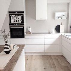Ein sanftes Braun-Beige als Wandfarbe lässt die weiße Küche leuchten & bringt zugleich Gemütlichkeit. #Kolorat #Wandfarbe #Küche ähnliche tolle Projekte und Ideen wie im Bild vorgestellt findest du auch in unserem Magazin