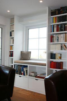 Hier Wurde Ein Offenes Bücherregal Mit Einer Sitznische Zum Lesen Vor Dem Fenster Projektiert Das