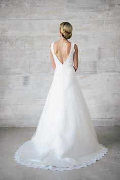 Ausgestelltes Brautkleid mit Trägern, tiefem Rückenausschnitt und tief gezogener Korsage.