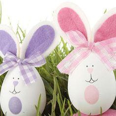Una decorazione simpatica per Pasqua: le uova a forma di coniglietto! Ti servono delle spugne colorate abbastanza spesse, un po