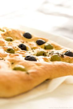 Focaccia Bread with Olives & Thyme Recipe - easy flat oven-baked Italian bread recipe, homemade delicious bread recipe, Italian food, baking | happyfoodstube.com @happyfoodstube