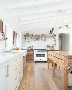 Wooden kitchen cabinets - 37 Top Kitchen Trends Design Ideas and Images for 2019 Page 25 of 37 – Wooden kitchen cabinets Kitchen Tops, New Kitchen, Kitchen Decor, Awesome Kitchen, Rustic Kitchen, Distressed Kitchen, Eclectic Kitchen, Decorating Kitchen, Kitchen Ideas Old House