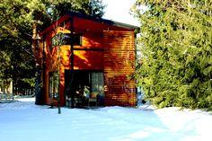 Domek_z_kominkiem_w_lesie_zima
