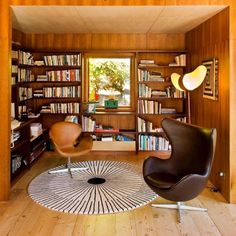 A few classics in the library with a 'Swan' and 'Egg' chair by Arne Jacobsen, carpet by Verner Panton, and an 'Akari' lamp by Isamu Noguchi. Photo: Bossley Architects #mcmdaily #arnejacobsen #fritzhansen #isamunoguchi #vernerpanton #denmark #usa mcmdaily.com