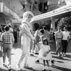 Disneyland Tomorrowland Spaceman, August Photo by NickDeWolf. Old Disney, Disney Love, Disney Magic, Disney Ideas, Disney Stuff, Disneyland History, Disneyland Secrets, Disneyland Tomorrowland, Disneyland Resort