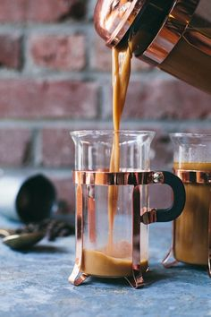French Press dairy free chai latte Brewing with a Coffee Press is easy. Start by adding 2 tbsp of coarsely ground coffee per 6 oz of water. Tea Recipes, Coffee Recipes, Chai Coffee Recipe, Chai Recipe, Salad Recipes, Momento Cafe, Coffee Shop, Coffee Maker, Coffee Coffee