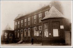 1900 - Eerste schoolgebouw van Munster, gebouwd door gravin Tilly D'asprement in 1725. Heeft later voor 2O en meer doeleinden gediend.