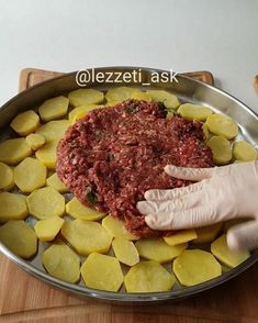 Good evening ❤ tray kebab lover var There are many types of potatoes made in this way is very delici Meat Steak, Bbq Meat, Meat Recipes, Cooking Recipes, Minced Meat Recipe, Crockpot Meat, Kebab, Meat Appetizers, Middle Eastern Recipes