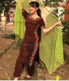Salwar Designs, Salwar Suit Neck Designs, Neck Designs For Suits, Kurti Designs Party Wear, Saree Blouse Designs, Indian Designer Suits, Designer Kurtis, Punjabi Suits Designer Boutique, Designer Salwar Suits