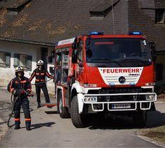 Für enge Gassen hat die #Berufsfeuerwehr #Salzburg ein #Tanklöschfahrzeug mit #Allrad 2000 in ihrem #Fuhrpark. @rosenbauergroup hat das #TLFA 2013 auf einem @mercedesbenz_de #Unimog U20 aufgebaut. Hier tragen die Kräfte noch ihre Overalls. Zurzeit wird in Salzburg neue zweiteilige #Einsatzkleidung beschafft. / #firetruck of the #firedepartment Salzburg in #austria. Foto: Sven Buchenau Feuerwehr-Magazin