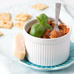 Een snel en simpel recept om zelf rode pesto te maken. Gebruik het als saus of als smeersel bij een stukje stokbrood, mogelijkheden genoeg!