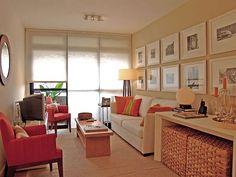 Para decorar una sala pequeña hay que tomar en cuenta el color a utilizar y los accesorios para obtener un ambiente no tan recargado, iluminado y ganar espacio.... para mas información ingresa a: http://decoracionsalas.com/