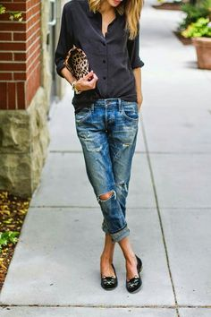 Boyfriend jeans are super comfortable and stylish, but it can be sometimes hard to put an outfit together . We've collected 21 of these simple/casual outfits that go perfect with any type of boyfriend jeans. Fashion Mode, Look Fashion, Fashion Trends, Street Fashion, Fashion Details, Runway Fashion, Fall Fashion, Looks Street Style, Looks Style