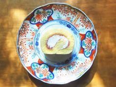 【紅玉りんごロール】 プレーン生地のスポンジの中に、手作りの紅玉りんごジャムと生クリームを入れた、シンプルで素朴なお味のロールケーキです。