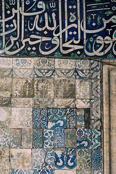 Ecrits sur de la faïence. / Mosquée Yeni Camii, Istanbul, Turquie. / By Sam Seyffert.