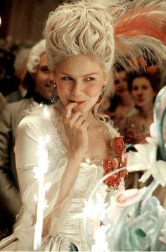 Coloretes anaranjados y rosados para una piel fina, blanca y muy luminosa. Así caracterizaron a Kirsten Dunst para meterse en la piel de la mujer más odiada de Francia en 'María Antonieta' (2006). Un maquillaje 'sweety' para mujeres dulces y despreocupadas.