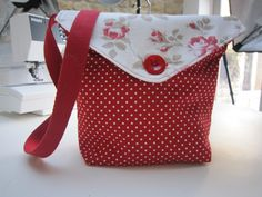 Reversible messenger bag by Debbie Shore--This is a very cute bag that I want to make!