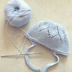 Garter stitch baby bonnet - Star design on the crown, look at increases and decreases - See also this tutorial: [https://www.pinterest.com/pin/460563499371061084/]