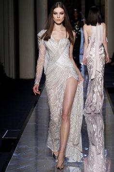 Le défilé Atelier Versace printemps-été 2014 haute couture http://www.vogue.fr/mariage/tendances/diaporama/les-robes-de-mariee-de-la-haute-couture-2/17268/image/926206#!le-defile-atelier-versace-printemps-ete-2014-haute-couture