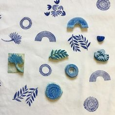 40 Wonderful Ways To Make DIY Stamps For Fabric Without Spending Much Cool Foamy Fabric Stamps Of Different Patterns Stamp Printing, Printing On Fabric, Hand Printed Fabric, Paper Template, Eraser Stamp, Diy Girlande, Hand Gestempelt, Stamp Carving, Handmade Stamps