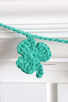 Make a cute garland with worsted weight yarn and an f hook. Click HERE for the instructions