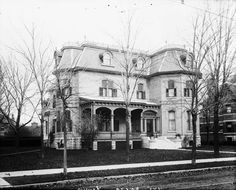 The house of Prime Minister Sir Wilfrid Laurier in 1902 at the corner of Laurier Avenue East and chapel street. It was also the residence of the Prime Minister Mackenzie King during his mandate until his death in 1950.