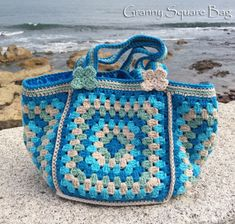 Crochet Purses Design Ravelry: Granny Square Bag pattern by Ana Morais Soares - A cute granny square bag with plenty of room for your wips and yarns or great to take with you to the beach. Bag Crochet, Crochet Purse Patterns, Crochet Shell Stitch, Crochet Handbags, Crochet Purses, Love Crochet, Crochet Summer, Afghan Patterns, Square Patterns