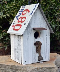 Rustic Birdhouse - Primitive Birdhouse - Barnwood Birdhouse via Etsy Barn Wood Crafts, Barn Wood Projects, House Projects, Bird House Feeder, Bird Feeders, Birdhouse Designs, Birdhouse Ideas, Bird House Kits, Bird Houses Diy