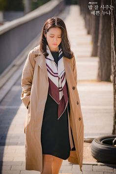Son Ye-Jin is Yoon Jin-Ah in Pretty Noona Who Buys Me Food (Something in the Rain). Live recapping at Drama Milk! Classic Outfits, Simple Outfits, Stylish Outfits, Fashion 2020, 90s Fashion, Korean Fashion, Korean Photography, Kdrama, Lisa