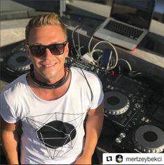 Dünyaca Ünlü Marka Bodrum'da Beach Club Açtı Nikki Beach Bodrum'un Resident DJ'i Mert Zeybekci performans sergiledi. Zeybekci, 3 gün 3 gece boyunca eğlenceli performansı ve müzikleriyle partiye damgasını vurdu.
