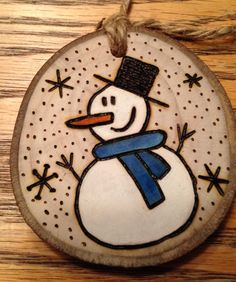 Rustic snowman wood burned Christmas ornament - natural wood by debbie Christmas Wood Crafts, Christmas Rock, Rustic Christmas, Christmas Projects, Holiday Crafts, Christmas Ideas, Wood Burning Crafts, Wood Burning Patterns, Wood Burning Art