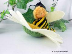 Biene auf Filzblume für den Jahreszeitentisch Tanjas Blumenkinder