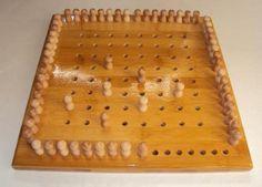 Le Cavalier est un jeu de réflexion qui se joue seul ou a 2.Le jeu consiste a placer sur l'échiquier les 64 pions selon le déplacement du cheval au échecs. Plateau 30x30 cm en bambou et 64 pions en hêtre
