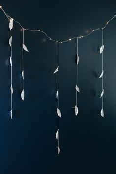 A DIY metal leaf garland with twinkle lights is perfect for adding cheer to your house, for the holi. - Diy and crafts Metal Projects, Diy Craft Projects, Diy And Crafts, Yarn Crafts, Leaf Garland, Diy Garland, Garlands, Advent, Homemade Gifts For Mom