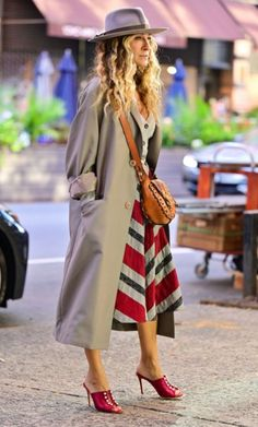 Sarah Jessica Parker, Patricia Field, Carrie Bradshaw, On Set, Celebrity Style, Midi Skirt, Glamour, Street Style, Shirt Dress
