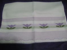 Mantelitos brasileños bordados en punto Oitihno en tonos morados, fue mi primer intento, me resultó difícil al inicio pero luego me gustó.