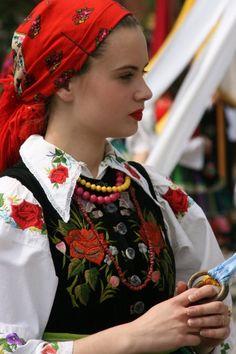 Chica polaca joven en una procesión religiosa con ropa popular tradicional de la ciudad de Łowicz
