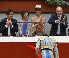 Le roi Juan Carlos, l'infante Elena et ses enfants Felipe et Victoria de Marichalar ont assisté à une corrida aux arènes de Saint Sebastien. Le roi qui a toujours été un ardent défenseur de la tauromachie comme sa mère la défunte comtesse de Barcelone et sa fille l'infante Elena, a clairement pris position de par a présence dans le débat qui fait actuellement rage entre pro et anti-corrida.