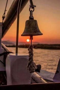 Mosiężny dzwon okrętowy, stylowy żeglarski dzwon pokładowy, dzwon żeglarski z mosiądzu  Sklep.marynistyka.org:  Mosiężne Kompasy i Busole żeglarskie, Mosiężny sekstant kapitański, Stylowe lunety żeglarskie z mosiądzu, Mosiężne Dzwony okrętowe, Drewniane Koło sterowe, Mosiężne lampy żeglarskie, Telegraf Maszynowy, Mosiężny Zegar słoneczny z kompasem, Drewniane modele sławnych jachtów i żaglowców - żeglarskie prezenty, marynistyczne dekoracje, upominki dla Żeglarzy i Ludzi Morza     Marynistyka.pl