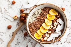 Smoothie bowls, featuring vegan ingredients such as frozen bananas and your favorite toppings, and all the craze. Try this Chocolate Banana Smoothie Bowl for a breakfast treat. Nutella Smoothie, Smoothie Bowl, Power Smoothie, Protein Milkshake, Milkshake Bar, Smoothies Banane, Healthy Smoothies, Smoothie Recipes, Shakeology Chocolat