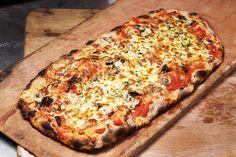 πίτσα - ιστορία μέρος β': όνομα, συγγενείς, πρώτα υλικά - pinsa romana Onion Pizza Recipe, White Pizza, Deep Dish, Pizza Recipes, Vegetable Pizza, Quiche, Easy Meals, Dessert Pizza, Chicken Pizza