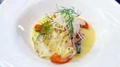 Tangstekt torsk med skalldyrsaus og sjøkreps - Tangstekt torsk servert med skalldyrsaus, grønnsaksragu med sjøkreps og potetpuré. - Foto: Fra TV-serien Mat i Norden / YLE