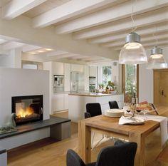 Kaminofen als Raumteiler in offener Küche