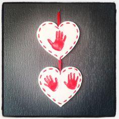 Empreintes de mains en pâte à sel avec ruban, peinture et vernis-colle. Idée à offrir fêtes des mères, grands-mères, père...