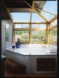 O sonho de relaxar no banho olhando as estrelas motivou a localização da banheira de hidromassagem nesta quina envidraçada. Nas laterais, dois vãos de 2,50m foram fechados com janelas basculantes. Para a cobertura, vidros laminados de 12mm.