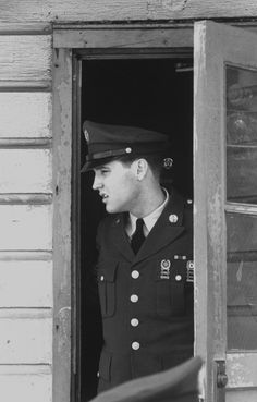 21 Unbelievable Candid Photographs Of Elvis Presley In The Army