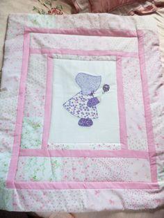 Tapete infantil sunbonnet com patch apliqué e patchwork.